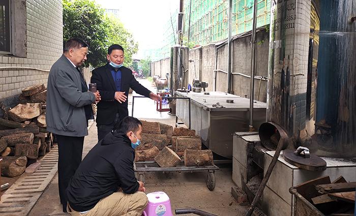 1000型大型酿酒设备正在蒸酒,刘老师为学员讲解锅炉的使用700