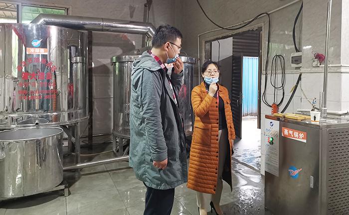 刘老师为学员现场演示电加热酿酒设备的操作700