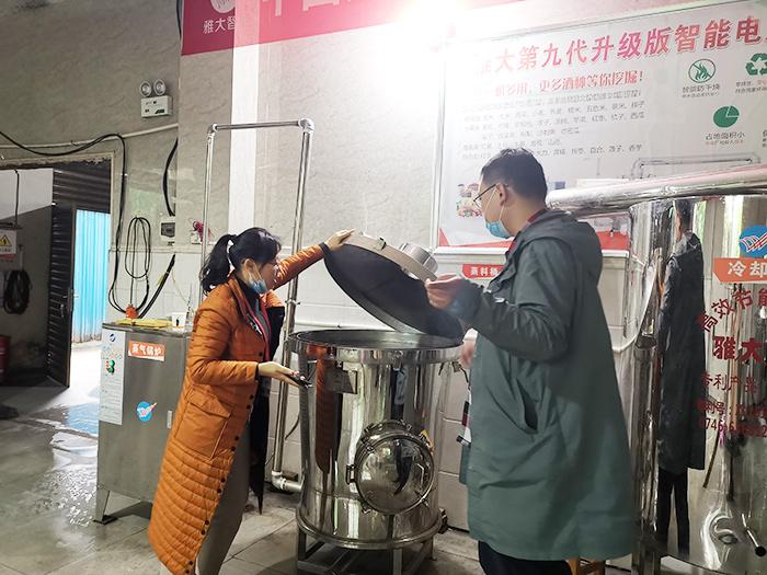 刘老师为学员现场验证电加热酿酒设备3分钟产汽700