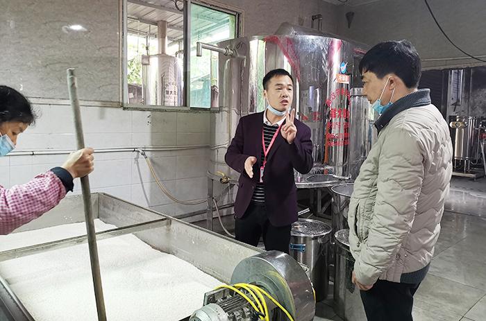 酒厂阿姨正在泡大米,唐老师为学员现场讲解摊晾蒸煮酿酒设备700