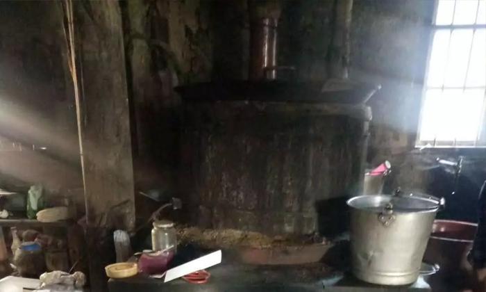8.31用传统小型酒厂酿酒设备做酒,环境脏乱差