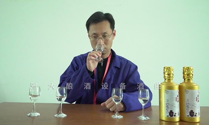 蒋总正在品鉴白酒的香味4