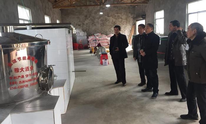 11.9顾客参观雅大小型制酒设备学员的蒸酒车间