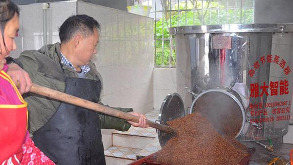 父亲坚持古法酿酒,可传统烤酒设备操作太辛苦,我该怎么帮他?
