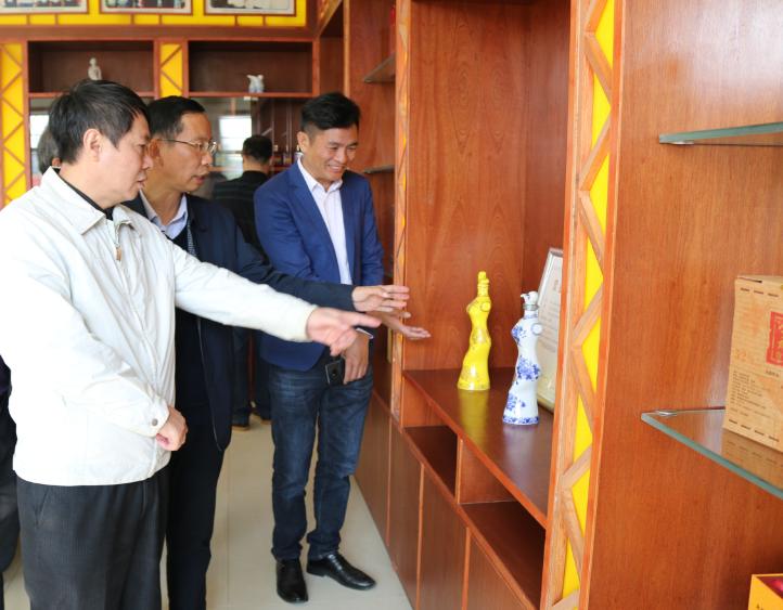 11.12市供销社党组书记、理事会主任唐甫忠对雅大独特的酒瓶设计所吸引