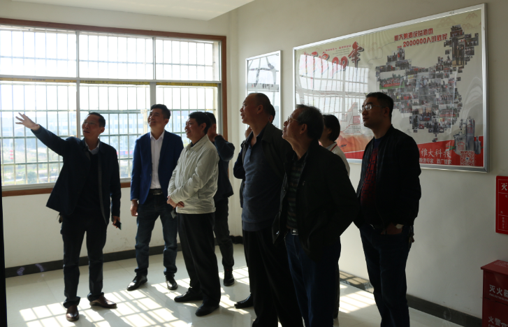 11.12领导专家组参观雅大文化墙