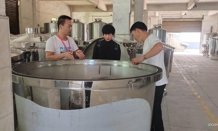 11.6张娟夫妇来雅大考察酿酒设备