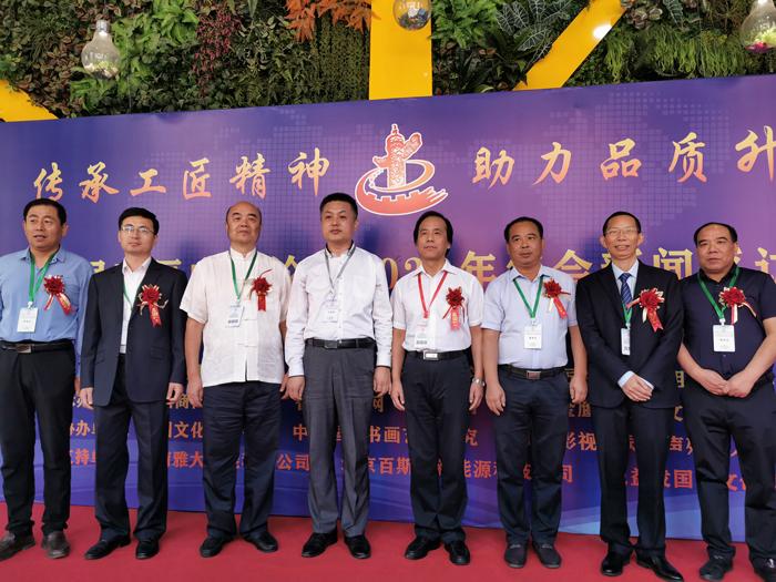 3雅大董事长胡顺开与会议重要嘉宾领导亲切合影
