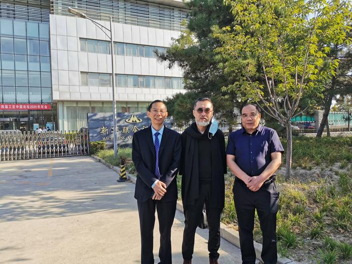5左:雅大董事长胡顺开、中:著名书画艺术家、29届奥运会国礼《国娃》创作人关玉良、右:中国白酒酿造大师张金修