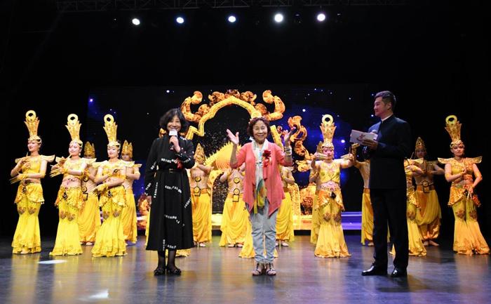 7著名舞蹈编导家、《千手观音》舞蹈原著者茅迪芳,心灵之声残疾人艺术团团长穆剑志登台助兴演出