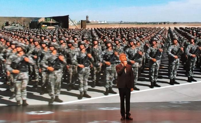 10曲艺名家、原火箭军文工团团长周炜演唱歌曲《绿色军衣》