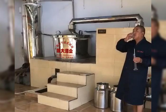 2.12刚从雅大酿酒机械接出来的酒,温度在30度左右