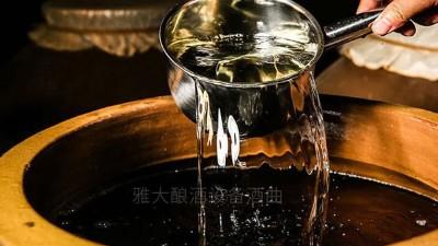 蒸酒设备蒸馏的白酒储存一段时间后 为什么上下层的酒度不一样