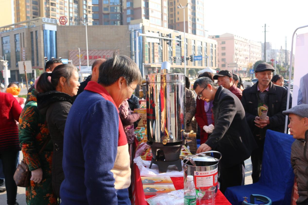 雅大酿酒研究院副院长蒋毅峰指导并现场演示蒸酒