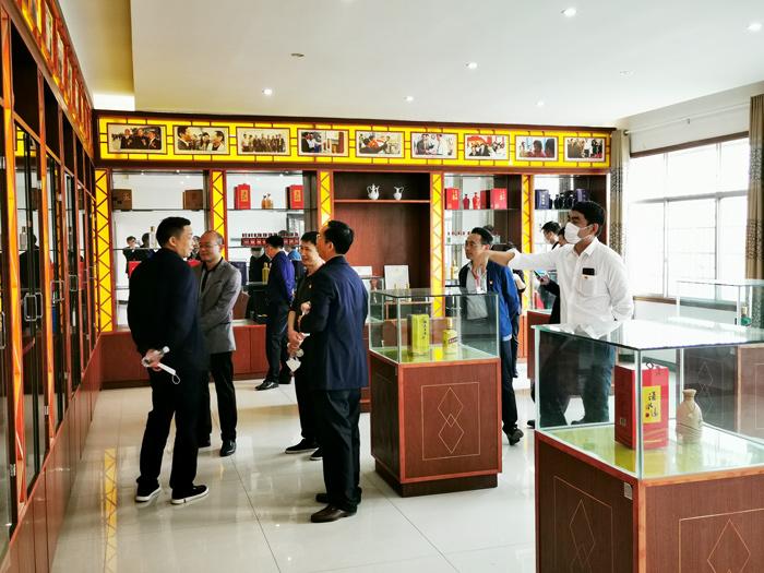 6宁勇华一行参观雅大酒博物馆