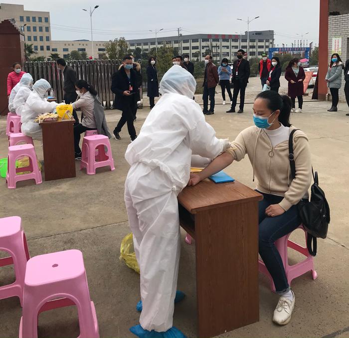 胡总组织公司员工抽血检查