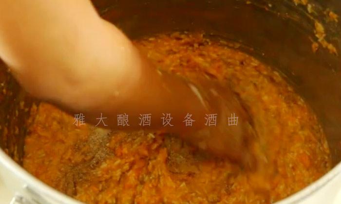 9.25加入雅大红薯酒曲,搅拌均匀