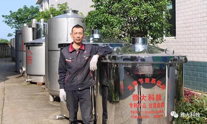 蒋水生与小组成员共同制作的雅大酿酒设备合影