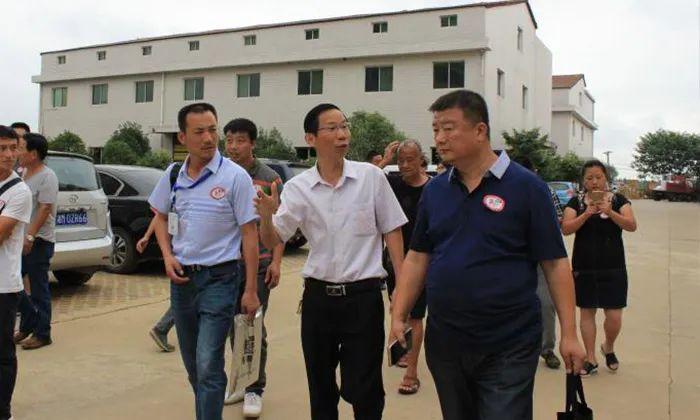 6.24胡总带学员在厂区参观考察