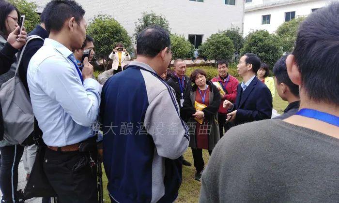 6.24胡总带学员在厂区参观考察2