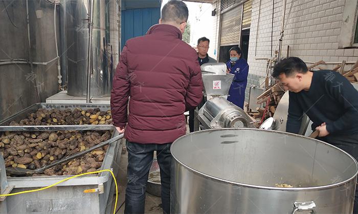 5将蒸熟的雪莲果倒入榨汁机中打浆