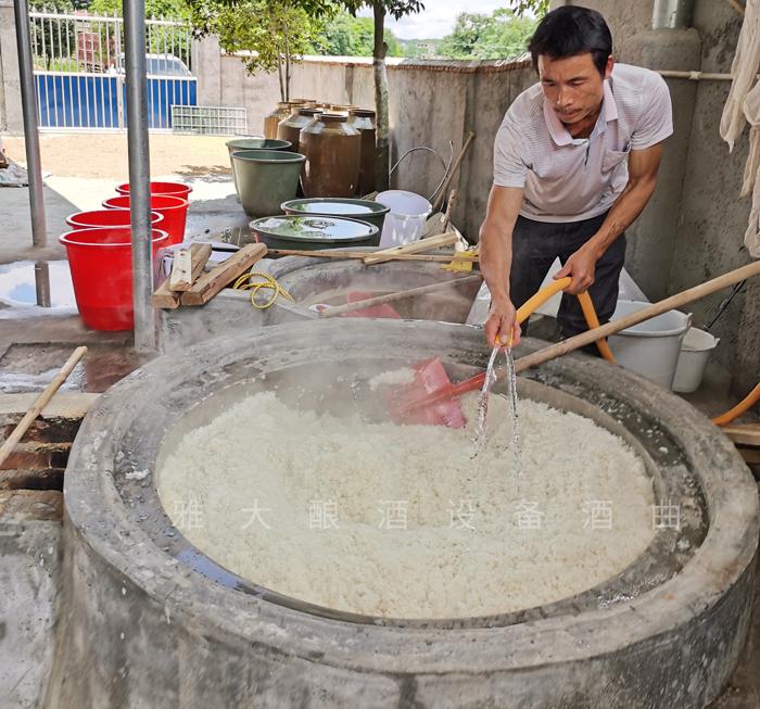 魏老师上门指导酿酒设备安装,并发酵第一锅大米酒