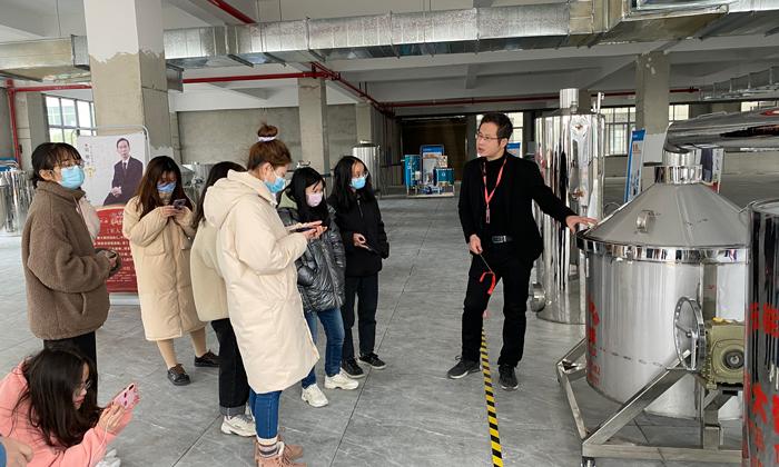 蒋老师为同学们讲解翻转式酿酒设备