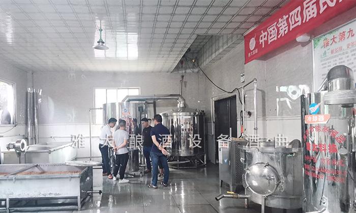 7.23学员正在品尝刚刚蒸馏的秋葵酒