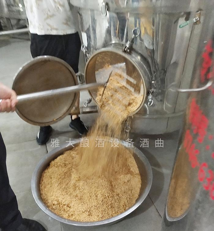 7.24玉米酿酒技术-蒋清蒸后的稻壳取出