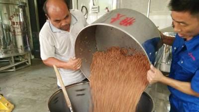 小型蒸酒设备蒸酒是酿酒的重要操作,更是扫除苦味的关键步骤