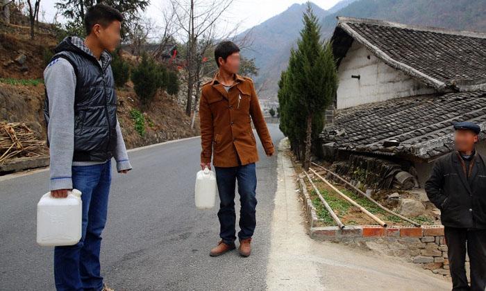 10.30很多村民过来打酒喝