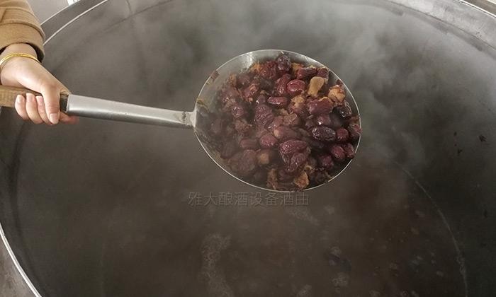12.24雅大帮学员研发红枣酒
