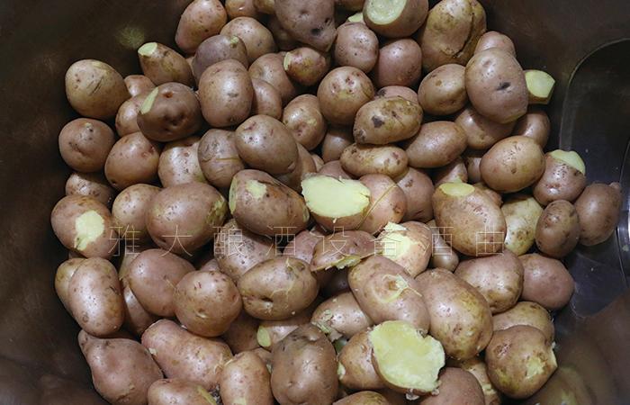 土豆蒸熟,打开料桶盖