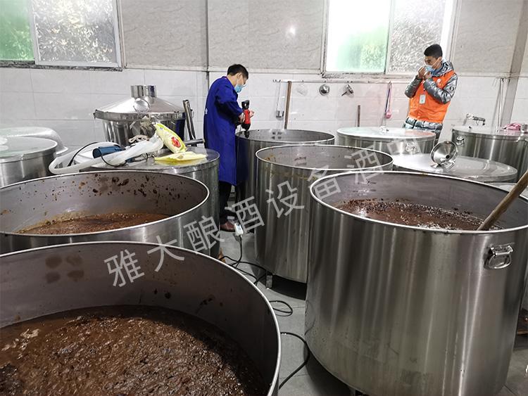 7.将红枣铲入不锈钢发酵桶,加水后继续打碎