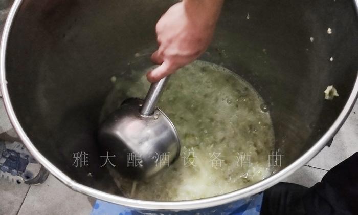 7.17李子酿酒技术-下曲后搅拌均匀