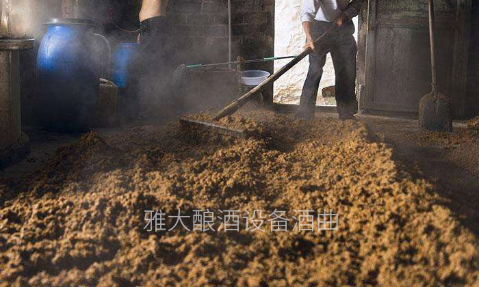 6.22蒸酒之前拌冷熟糠壳,增加透气性