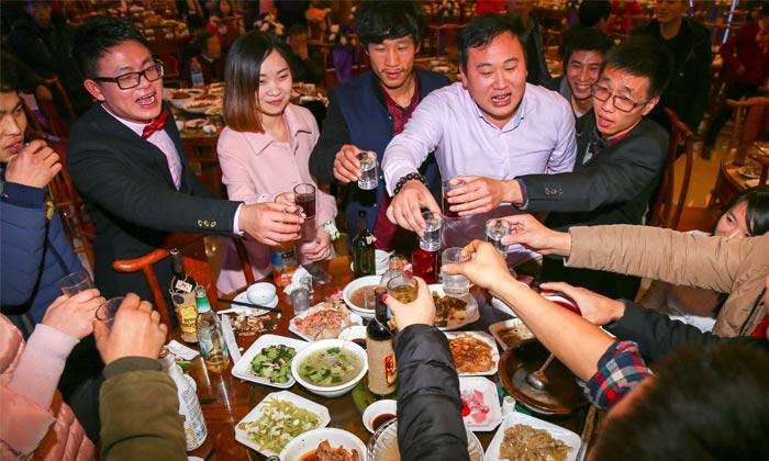 9.20白酒是人们聚餐的必备饮品,市场巨大