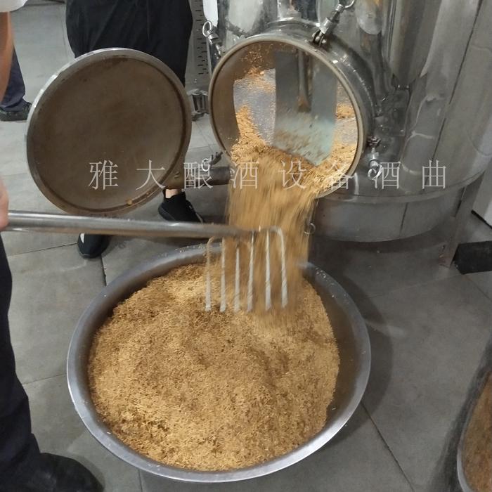 12.12用白酒蒸馏设备清蒸好的稻壳