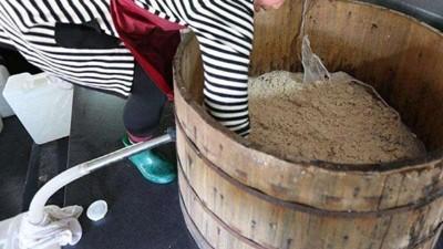 我用传统酿白酒设备烤酒,平时不糊锅,冬季糊锅严重,咋整?