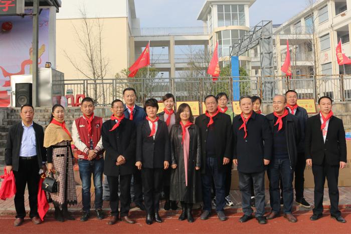 出席本次活动的政、企、校代表一行人合影