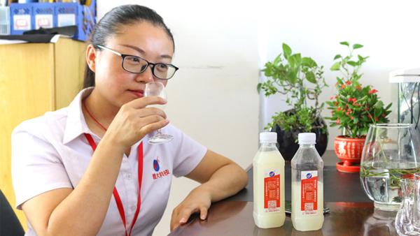 雅大酿酒技术老师品酒