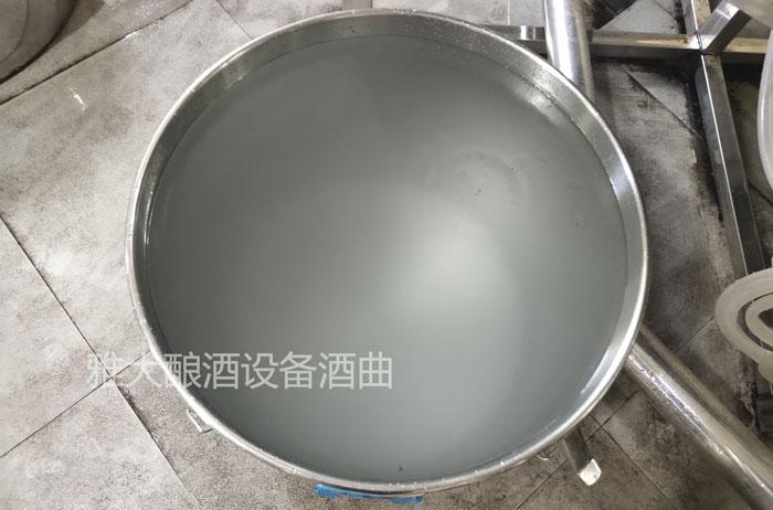 白酒中的杂醇油(浮在表面的油状物质)