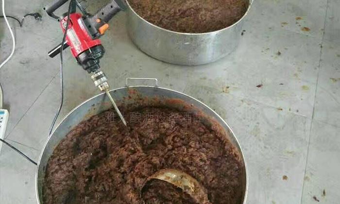 10.10红枣酿酒技术-下曲后搅拌均匀