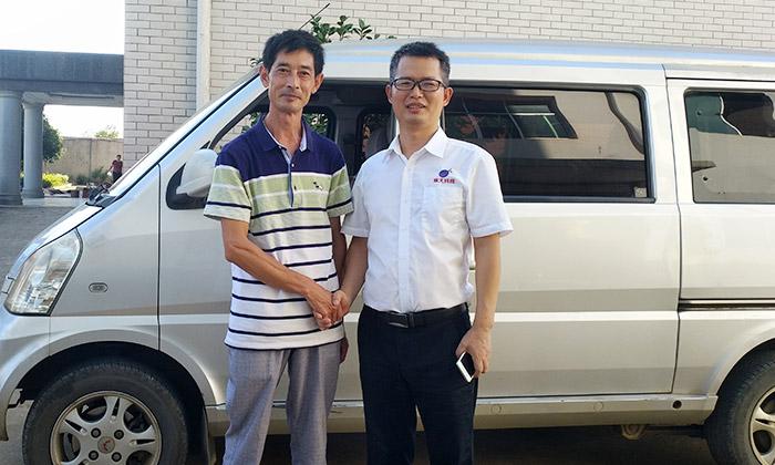 贵州传统酿酒师傅张华与雅大技术服务部蒋老师合影