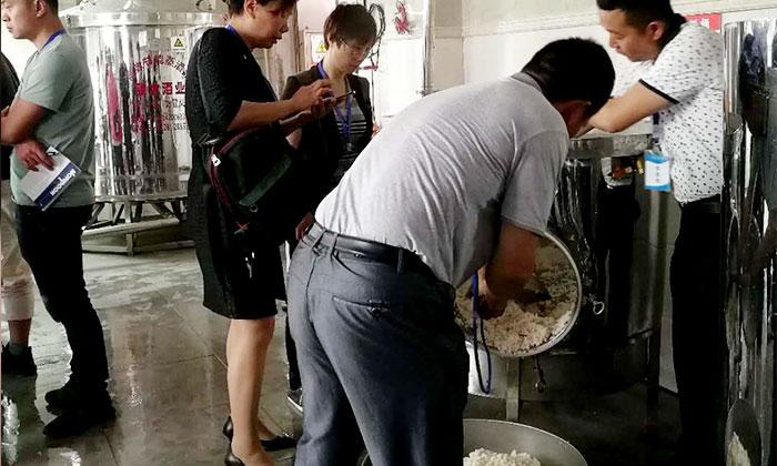 雅大酒厂正在用200斤电加热酿酒设备蒸大米