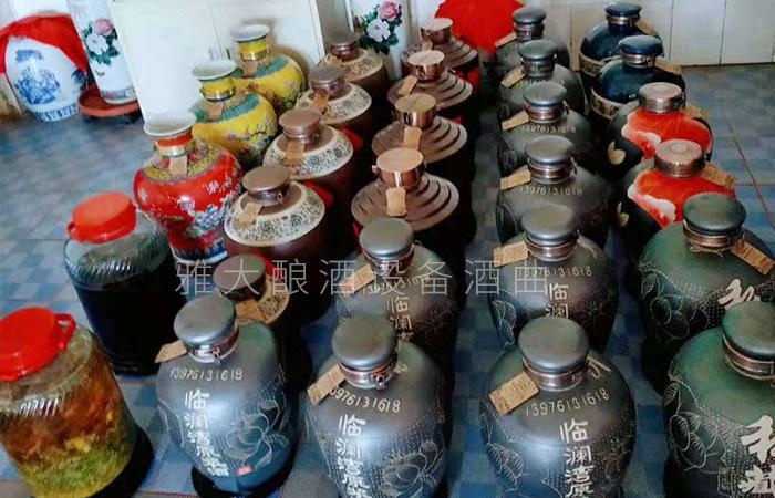 春节备货大战打响,用做酒设备酿酒的纯粮酒坊已进入卖酒高峰 2