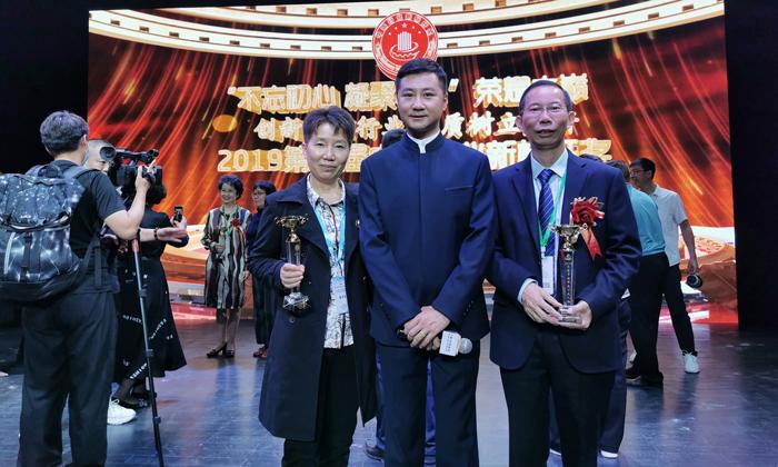 2雅大智能董事长胡顺开及夫人曾艳春与活动央视主持人刘哲亲切合影