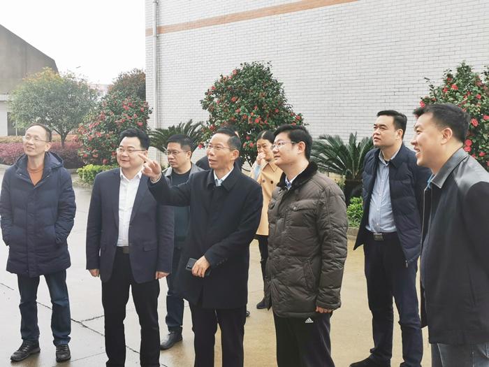 1雅大董事长胡顺开向杨昶副市长等领导一行人作汇报介绍