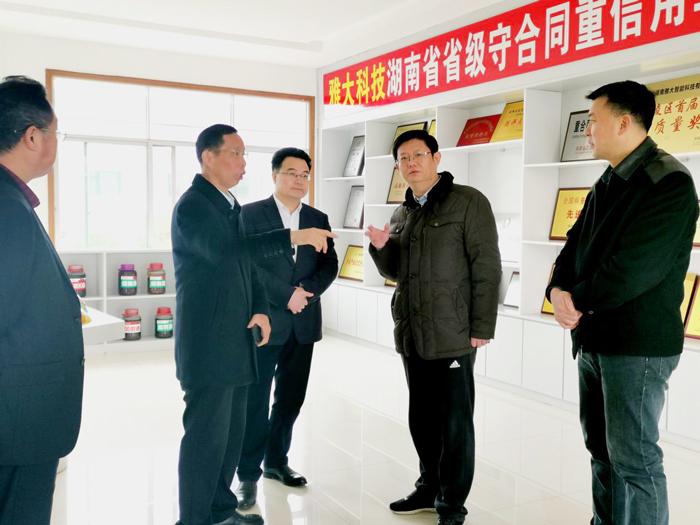 2胡顺开董事长陪同杨昶副市长等领导一行人参观雅大荣誉陈列馆