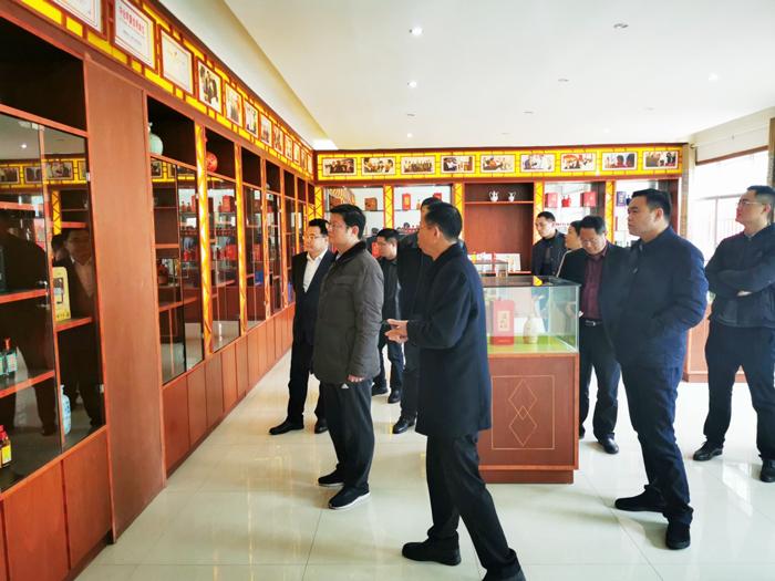 3胡顺开董事长陪同杨昶副市长等领导一行人参观雅大酒博物馆